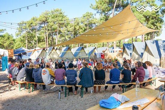 Montalivet, France: Bei uns lernst du surfen in einer kleinen familiären Gruppe mit maximal 8 Teilnehmern. Damit du von Anfang an Teil von unserer Surf-Familie bist, lernen wir uns am ersten Tag erstmal kennen.