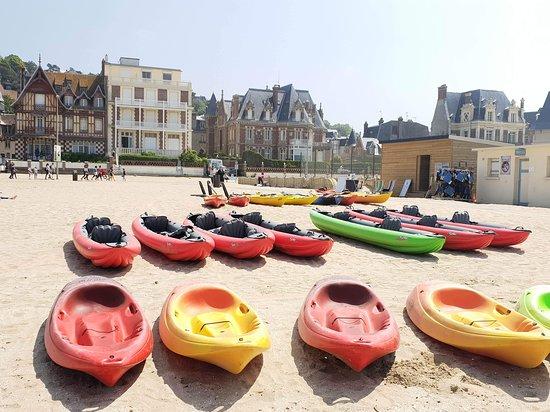 Situé sur la plage de Trouville sur Mer, nous vous accueillons à notre base de kayak : notre chalet se situe juste après les terrains de tennis.