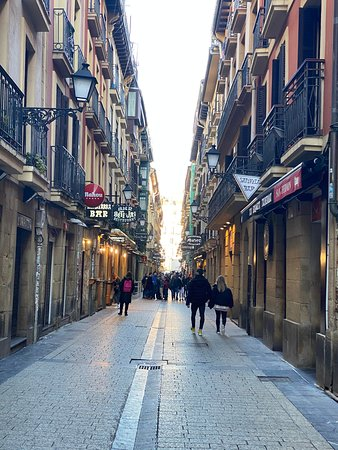 San Sebastian Evening Pintxo Tour with Wine: Too many places to choose from, you need help!