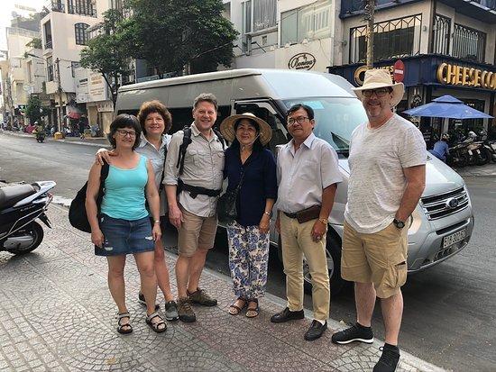 Horizon Vietnam Travel: Notre groupe de 4 montréalais à Ho Chi Minh Ville avec guide, chauffeur et minibus.