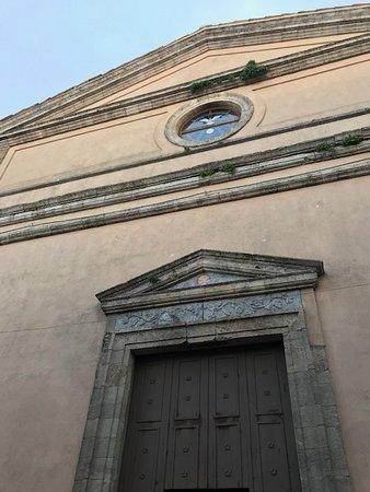 Timpano triangolare e fregio sul portale in pietra verde di  Gimigliano