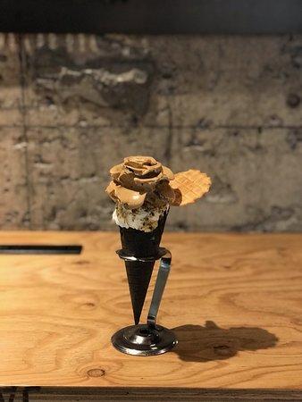 ジェラートをバラの細工に。スタッフにジェラートをバラにしてほしいと声をかけてくれたらバラに無料で細工します!