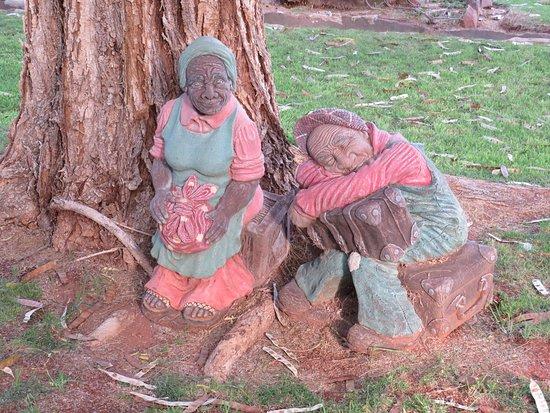 Stampriet, นามิเบีย: mooie beeldjes in de tuin