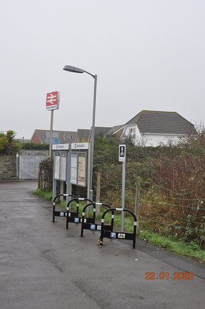 Severn Beach, UK: There is a two hour train service to / from Bristol Temple Meads. Here is the entrance to the station and places for cycles