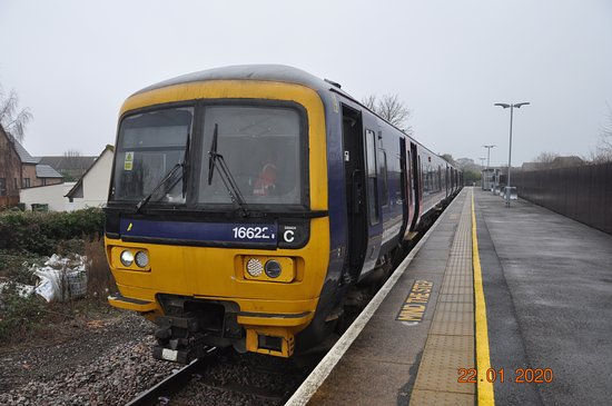 Severn Beach, UK: The trains are 3 car class 166 units in the process of being refurbished