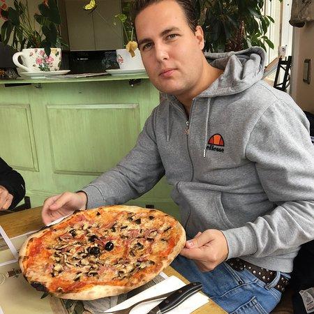 Faulensee, Suiza: pizza prociutto fungi