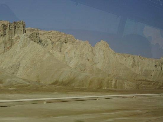 Djébels de couleurs très différentes face à la Mer Morte