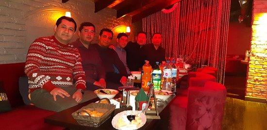 Очень хорошая атмосфера для разных кампаний. Дни рождения, семейные мероприятия, банкеты, закрытые корпоративы, кампания друзей. Отличный кальян (пожалуй самый лучший в Ташкенте), бар и музыка. Вкусные бургеры и пицца