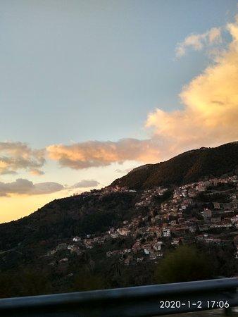 Lagkadia, Greece: Σούρουπο με θέα το χωριό Λαγκάδια