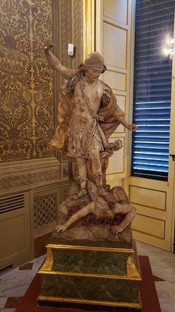Escultura belíssima do Arcanjo Miguel.