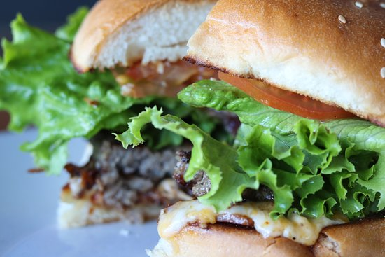Hamburguesas Siempre frescas y perfectamente cocinadas Acompáñala con ensalada o papas con costo extra