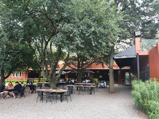 Cerrillos, Argentina: Mesas al aire libre, también dispone de amplio salón.