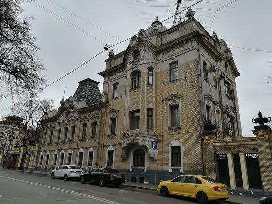 Beseduyushhikh Zmey House