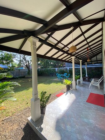 Hikkaduwa, Srí Lanka: Mango Villa veranda and garden