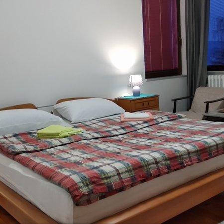 Pale, Bosnia dan Herzegovina: Soba br 1 Trokrevetna (veliki bračni krevet za dvije osobe plus jedan solo krevet za jednu osobu).