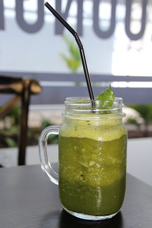 Lemon mint with ice, freshly squeezed