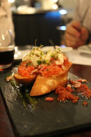 Crostines a la Toscana. Brusquetas exquisitas de tomates confitados y muzarella de búfala.