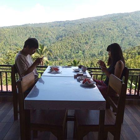 Selama tiggal disini saya bisa menikmati makanan yang murah ,sarapan enak ,kamar bersih ,view wonderfull dan tuan rumah yang sangat ramah