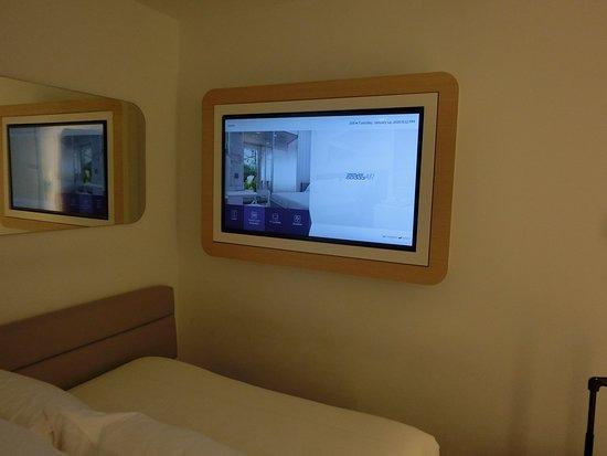 部屋の中のテレビ