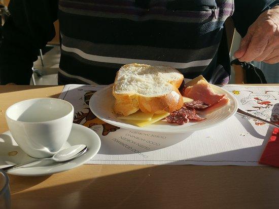 Erlenbach im Simmental, Suiza: Frühstücksangebot