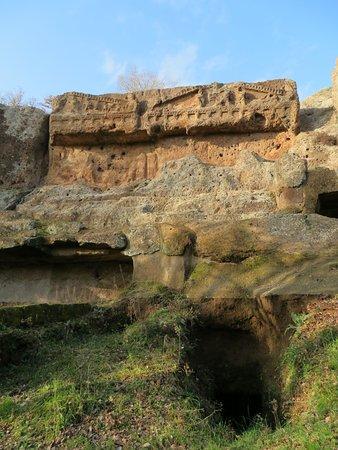 Le tombe a tempio o doriche (quella di sx era già parzialmente crollata quando le visitò il Dennis, alla metà del XIX secolo)