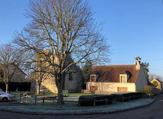Chapelle Notre-Dame des Layes - vue 1 - La place centrale du Hameau avec l'ancien Presbytère