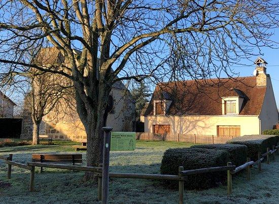 Chapelle Notre-Dame des Layes - vue 2 - La place centrale du Hameau avec l'ancien Presbytère