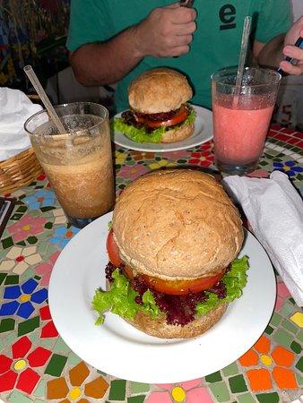 Cheeseburger de caju e beterraba! Sensacionais!!!