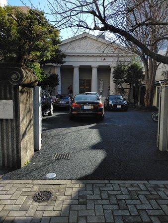パルテノン神殿風の現在の教会は震災後の昭和2年に再建された2代目