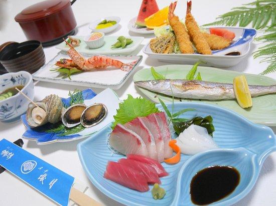 伊勢志摩の民宿「渚亭磯月」 夕食は新鮮な海の幸がメインの会席料理。 男海女でもある大将が、肥えた目で厳選し、 独自のルートで仕入れた魚介類が並びます。