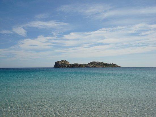 L'Isola Rossa davanti alla spiaggia di Porto Tramatzu, situata nell'estrema punta sud-occidentale della Sardegna.