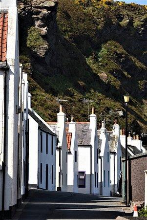 Scorcio sulla via principale (e unica...) di Pennan nell'Aberdeenshire - Scozia - Gran Bretagna. Cliccare sulla foto per vederla come scattata.