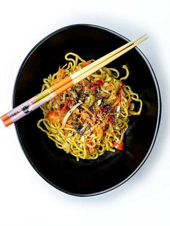 Yakisoba : nouilles japonaises faites maison agrémentées de légumes cuits au wok
