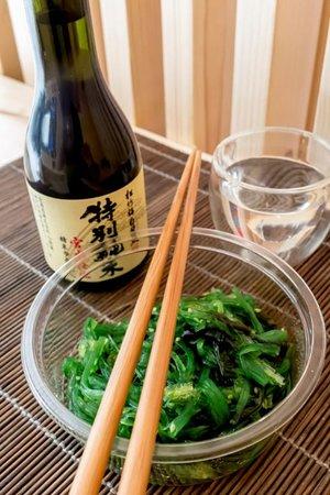 Salade de wakame avec une bouteille de sake