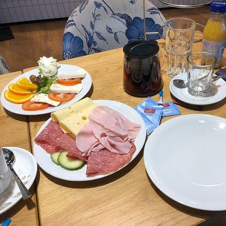Burgwedel, Germany: E-Center KaffeeZeit Bäckeristo Frühstück zu empfehlen, denn 2 Personen frühstücken für 12,95€. Und der Tisch ist voll inkl. Getränke reichlich Aufschnitt. Qualitativ sehr gut. Personal ist sehr freundlich. Ambiente für ein E-Center Kaffee gemütlich. Die Bilder sprechen für sich. Nochmal, das Frühstücksangebot in und um Hannover für mich aus Erfahrung enttäuschend, entweder billig schlecht oder super teuer, sodass man für den Betrag1 Woche lang gut zu Hause frühstücken kann.