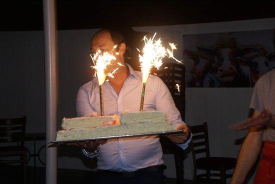 Soirée, le gâteau vient de chez Kathy Miniz, Tournai.