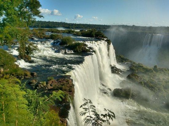 Cataratas del Iguazú - lado brasileño con boleto: Este é um dos locais favoritos de todo turista, É tão impressionante a beleza que não dá vontade de ir embora, o  local faz mesmo jus ao titulo que receber de uma das 7 maravilhas do mundo.