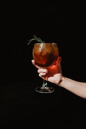 Cold Brew Tonic para una tarde relax Cold Brew + Ginebra + Agua tónica + Romero + Naranja