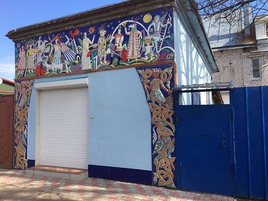 Tver, Rusland: Декоративное керамическое панно на здании музея выполнил художник-керамист Анатолий Камардин.
