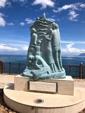 Castellammare del Golfo, Italy: Monument on seafront
