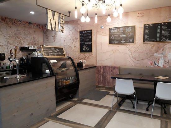 Um pequeno café dentro do hostel.