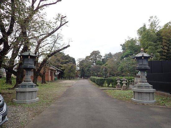 東京都練馬区中村にある真言宗豊山派の寺院。 住宅地の中にある寺院ですがかなり広い境内です。