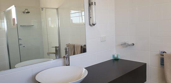 Sundowner Motel Hotel Whyalla    handbowl, mirror etc