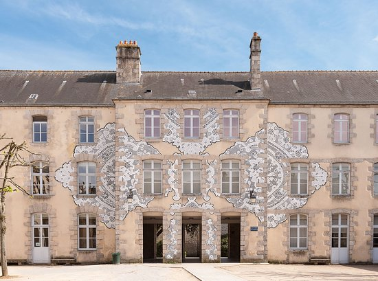 Alencon, França: Façade du musée. Fresque réalisée par l'artiste NeSpoon © Olivier Héron, Direction de la Communication de Ville d'Alençon