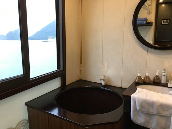 1 night excursion over Santa Maria Cruise: Oh! this cool bathtub is on my mom and dad's room.