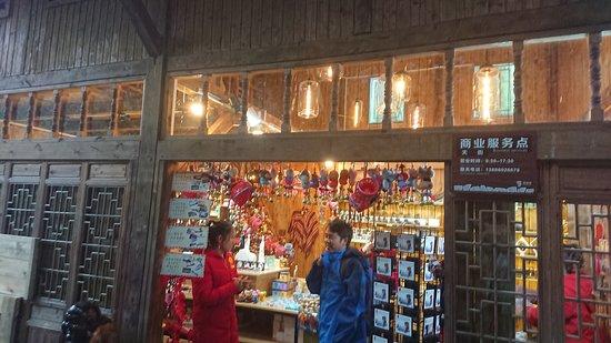 土産物店の店先に営業時間記載あり。9:30-17:30だそうです。立ち寄った時は閉店間近でした。