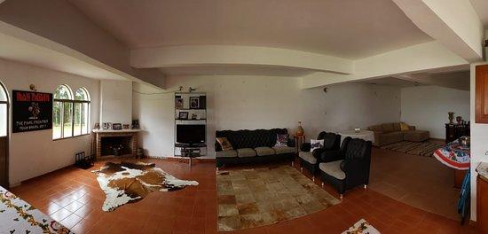 Mangueirinha, PR: Area inferior da casa onde existem diversos sofás para a reunião em familia e para os dias frios uma lareira.