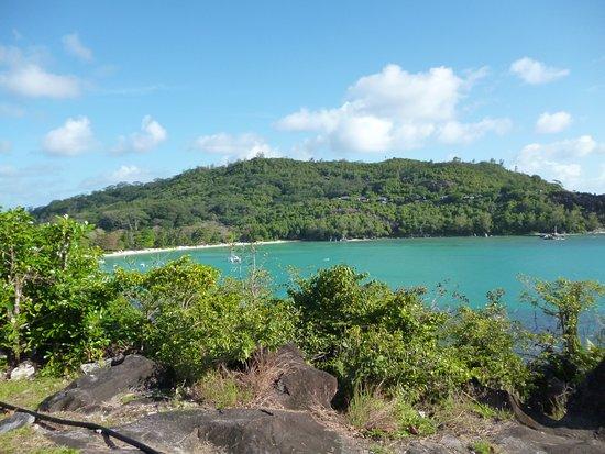Port Glaud, Seychely: La spiaggia vista dall'alto , una baia con acqua balneabile e calma tutto l'anno...molto frequentata dai locali e turisti..