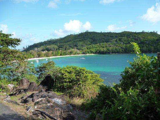 Port Glaud, Seychely: Una baia immensa con acqua color smeraldo e moltissima vegetazione...Panorama dalla strada, prima di raggiungere la meta...