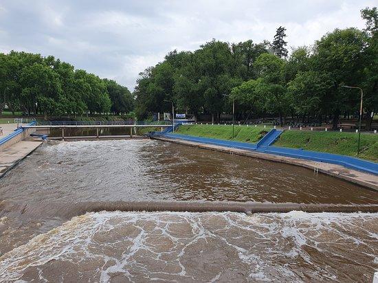 Salto, Argentina: El agua algo se nivela en el extremo donde inicia el natatorio